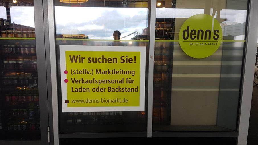 Stellengesuch der Bäckereikette denn's an einem Berliner Bahnhof.